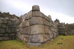 Pared enorme impresionante de la ciudadela antigua del inca del sitio arqueológico de Sacsayhuaman, Cusco fotos de archivo