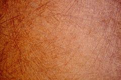 Pared enyesada naranja rasguñada vieja borrosa de la casa Cierre para arriba Fotografía de archivo