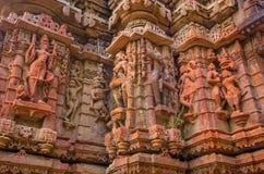Pared exterior de las ruinas del templo y escultura de piedra maravillosamente tallada de la religión hindú y Jain imagen de archivo
