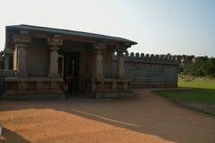 Pared externa y una de las entradas de Hazara Rama Temple, Hampi, Karnataka, la India Fotos de archivo libres de regalías