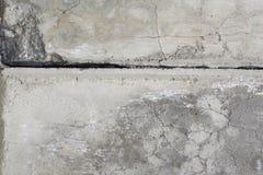 Pared gris del cemento con la grieta. Foto de archivo libre de regalías