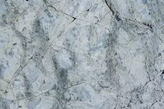 Pared gris del grunge de piedra natural con las grietas fotografía de archivo libre de regalías