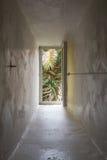 Pared gruesa con la ventana marroquí Fotografía de archivo libre de regalías