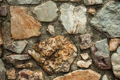Pared hecha de las piedras ásperas que forman un fondo singular fotografía de archivo