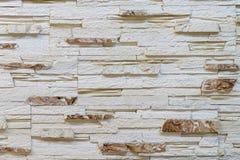 Pared hecha de piedra marrón clara decorativa Adornamiento para la chimenea Fondo Imagen de archivo libre de regalías