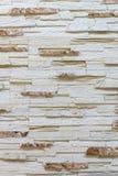 Pared hecha de piedra marrón clara decorativa Adornamiento para la chimenea Fondo Imágenes de archivo libres de regalías