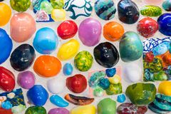 Pared hecha de piedras coloreadas y de pedazos de cerámica multicolores Fotos de archivo