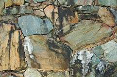Pared hecha de rocas naturales coloridas Imagenes de archivo