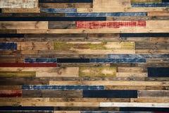 Pared hecha de tableros de madera multicolores Fondo de madera de la textura del grunge abstracto imagenes de archivo