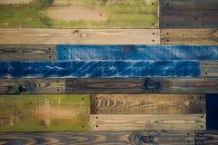 Pared hecha de tableros de madera multicolores Fondo de madera de la textura del grunge abstracto fotos de archivo