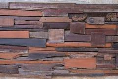 Pared hecha por los pedazos de bosque Remendado, clavado y pegúese para arriba en la pared para hacer diversa textura vendimia Foto de archivo