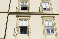 Pared iluminada por el sol del edificio de oficinas por la mañana con las ventanas abiertas Imágenes de archivo libres de regalías