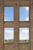 Pared industrial vieja con las ventanas Foto de archivo libre de regalías