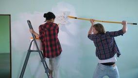 Pared interior de la pintura alegre de los pares en nueva casa almacen de video