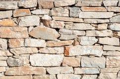 Pared irregular de piedras cementitiously apiladas imagenes de archivo