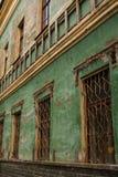 Pared lamentable verde vieja de un edificio abandonado Fotos de archivo