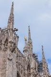 Pared lateral y tejado adornados de la catedral de Milán, Italia Foto de archivo