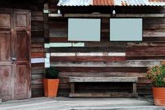 Pared local retra decorativa de la escena del estilo del vintage de Tailandia con de madera áspero Imágenes de archivo libres de regalías