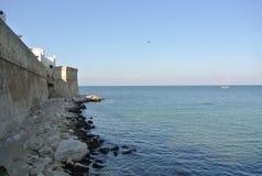Pared, mar y costa de Monopoli Imagenes de archivo