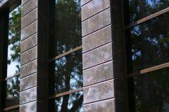 Pared marrón negra con las ventanas imagen de archivo