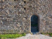 Pared medieval con una puerta Imágenes de archivo libres de regalías