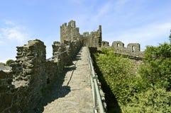 Pared medieval histórica de la ciudad de Conwy que rodea la ciudad de Conwy fotografía de archivo libre de regalías