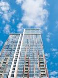 Pared moderna del edificio de oficinas hecha del vidrio con el cielo azul imágenes de archivo libres de regalías