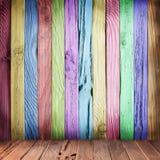Pared multicolora de tablones de madera. imagen de archivo