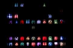 Pared negra con las diversas pociones coloridas foto de archivo libre de regalías