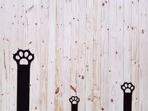 Pared negra decorativa de Cat Paws On Wooden Plank foto de archivo libre de regalías