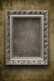 Pared oscura, sucia con el marco de plata Imagen de archivo