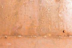 Pared oxidada del garaje del hierro con una línea de soldadura foto de archivo
