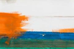 Pared pintada en blanco, azul, verde y naranja Fotos de archivo libres de regalías