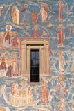 Pared pintada ortodoxa de la iglesia con la ventana Foto de archivo libre de regalías