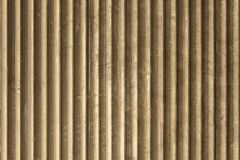 Pared polvorienta sucia marr?n gris vieja del metal de la lumbrera con las l?neas verticales Textura de la superficie ?spera foto de archivo libre de regalías