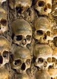 Pared por completo de cráneos y de huesos fotografía de archivo libre de regalías