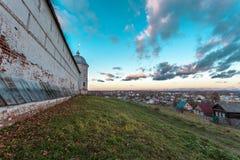 Pared que pasa por alto la ciudad Imagen de archivo