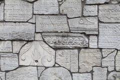 Pared que se lamenta en el cementerio de Remuh construido con los fragmentos de Jewi viejo imagenes de archivo