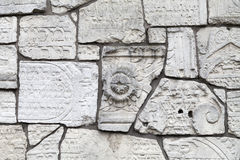 Pared que se lamenta en el cementerio de Remuh construido con los fragmentos de piedras sepulcrales judías, Kraków, Polonia fotografía de archivo