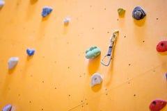 Pared que sube Pared que sube con las rocas coloridas Foto de archivo libre de regalías