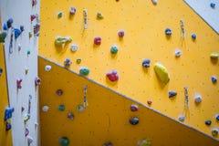 Pared que sube Pared que sube con las rocas coloridas Foto de archivo
