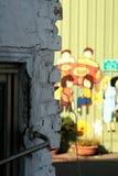Pared quebrada y pared de la pintada del tema de los niños imagen de archivo