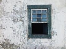 Pared rústica y ventana vieja Imagen de archivo