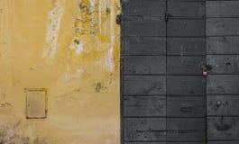 Pared raspada y una puerta de madera fotografía de archivo libre de regalías