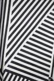 Pared rayada blanco y negro Fotografía de archivo libre de regalías