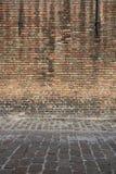Pared resistida envejecida de la calle Fondo del detalle de la arquitectura Pared de ladrillo roja vieja imagenes de archivo