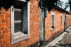 Pared resistida vieja de la calle con las ventanas Fotografía de archivo