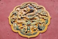 Pared roja amarilla Gugong de Dragon Ceramic Decoration Symbol Emperor fotografía de archivo