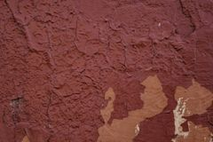 Pared roja apenada del yeso con el fondo superficial agrietado del Grunge del marco fotos de archivo libres de regalías