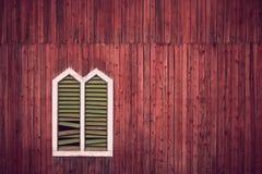 Pared roja con el marco de ventana Foto de archivo